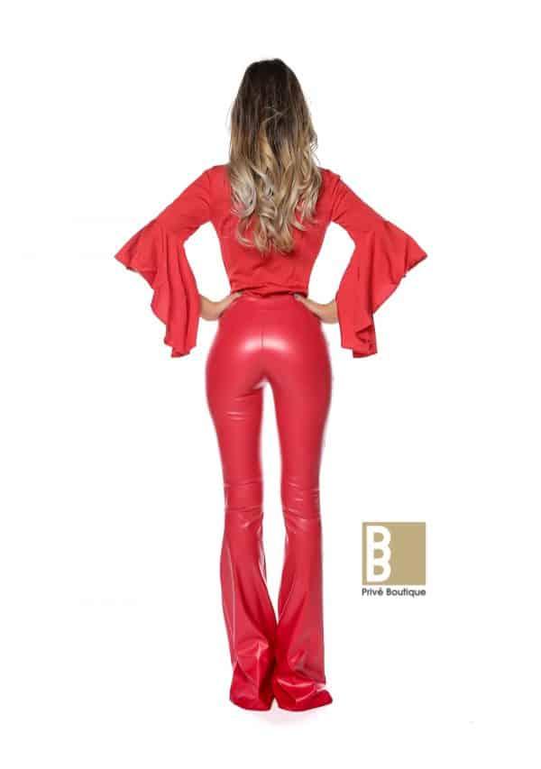 Pantaloni din piele evazati si camasa cu maneci evazate